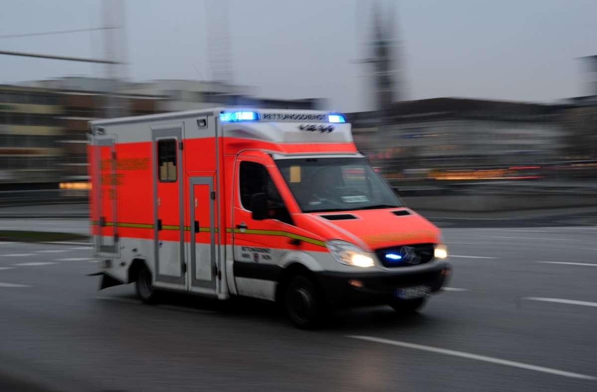 Der Rettungswagen brachte die 48-Jährige ins Krankenhaus (Symbolbild). Foto: dpa/Carsten Rehder