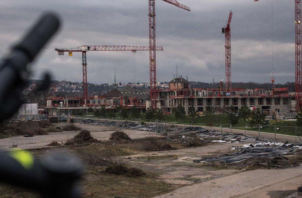 Im Neckarpark drehen sich bereit die Baukräne. Nun soll das geplante Bildungshaus größer werden. Foto: Lichtgut/Max Kovalenko