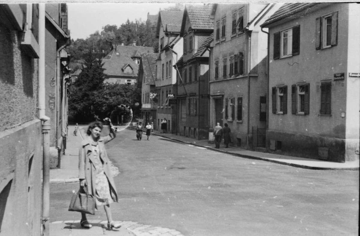 Kurze Röcke? Lange Röcke? Im Herbst 1942 ist das vor allem eine Frage des verfügbaren Stoffs. Weitere Eindrücke aus dem Leben in Stuttgart 1942 zeigt die Bildergalerie. Foto: Stadtarchiv Stuttgart