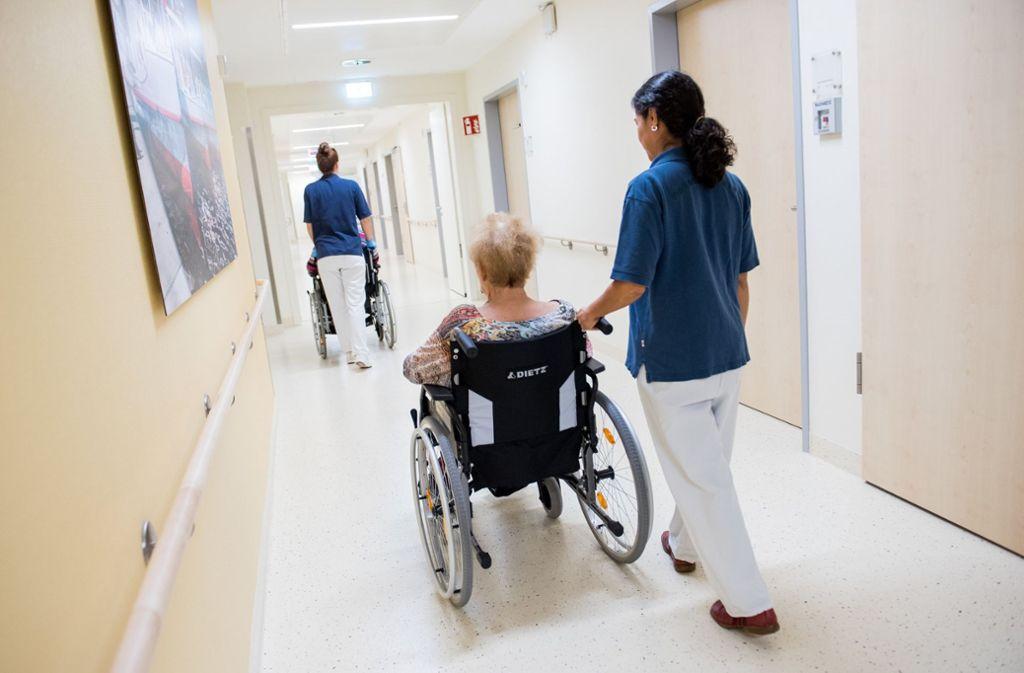 Jede zusätzliche Pflegestelle in Krankenhäusern soll von 2019 an komplett von den Krankenkassen bezahlt werden. Foto: dpa