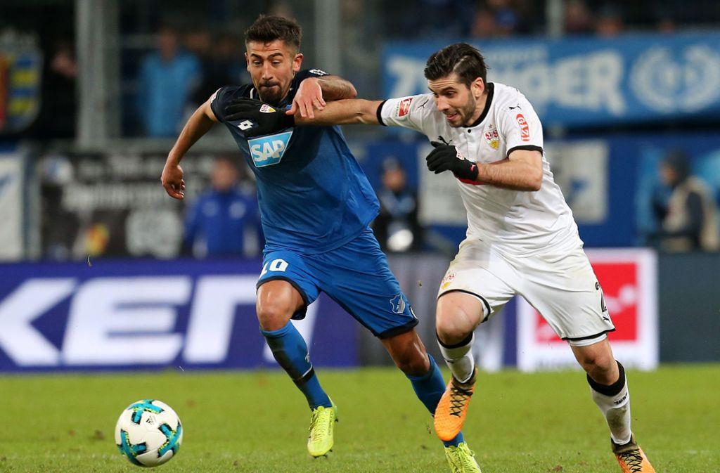 Kerem Demirbay (TSG Hoffenheim, links) und der Emiliano Insua vom VfB Stuttgart liefern sich ein flottes Duell. Wer von ihnen gewinnt es am Samstag? Foto: Baumann
