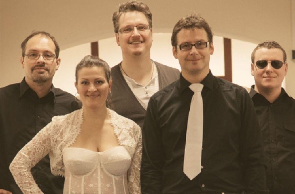 Neben Sandra Marija und Michael Pfeiffer (vorne) wirkten auch Andi Lux, Heinrich Heprich und Roman Voronenko (von links) im Video und an der Musik mit. Foto: privat, Daniel Schulze-Ardey
