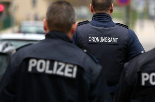 Polizei trennt Gruppen an Tankstellen