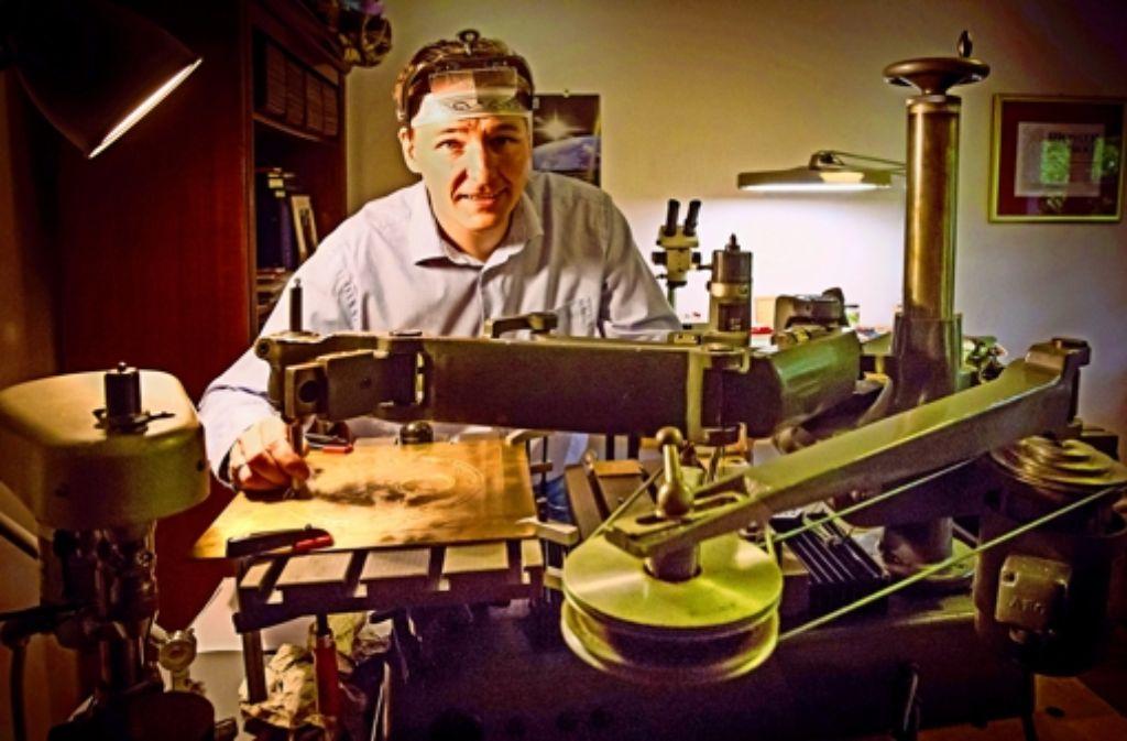 Steffen Cornehl in seiner Werkstatt: der Uhrmachermeister aus  Stuttgart hat sich auf alte Uhren spezialisiert. Foto: Achim Zweygarth