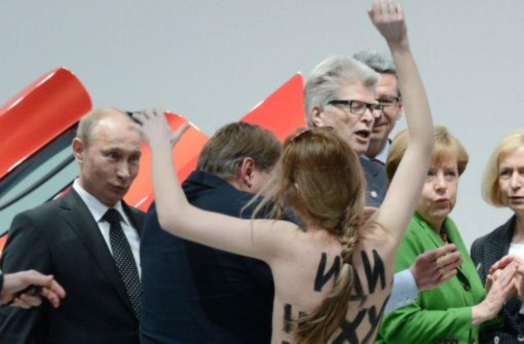 Eine nackte Demonstrantin steht am Montag in Hannover beim Eröffnungsrundgang der Hannover Messe vor Bundeskanzlerin Angela Merkel (rechts) und Russlands Staatspräsident Wladimir Putin (links). Foto: dpa