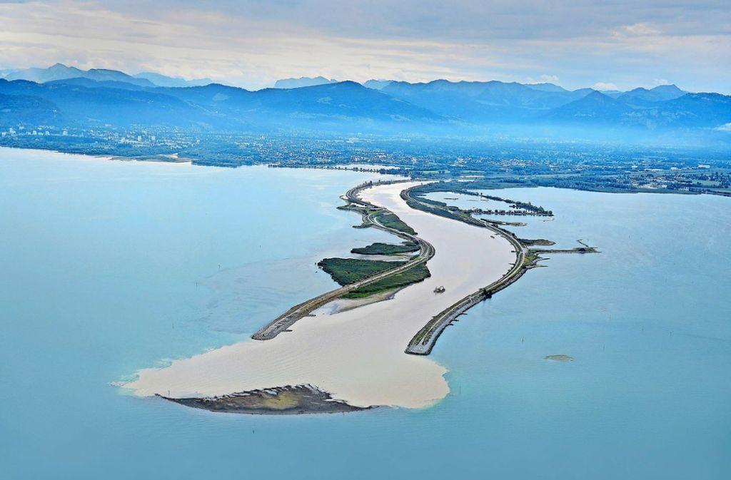 Eine Sandinsel im Bodensee – gebildet hat sie sich aus  Ablagerungen nach der Mündung des Alpenrheins Foto: dpa