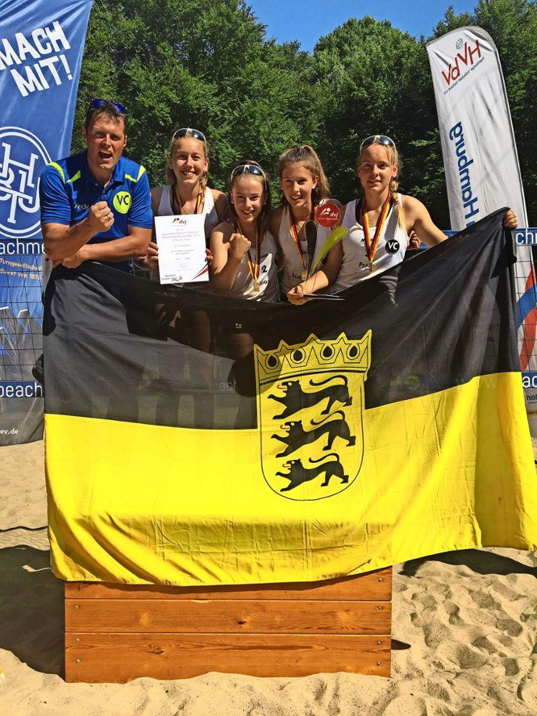 Meisterlich gespielt: Leonie Büdenbender, Zoe Welz, Emely Joos und Kim Prade (von links) und ihr Trainer Andreas Büdenbender nach dem Titelgewinn in Hamburg. Foto: privat