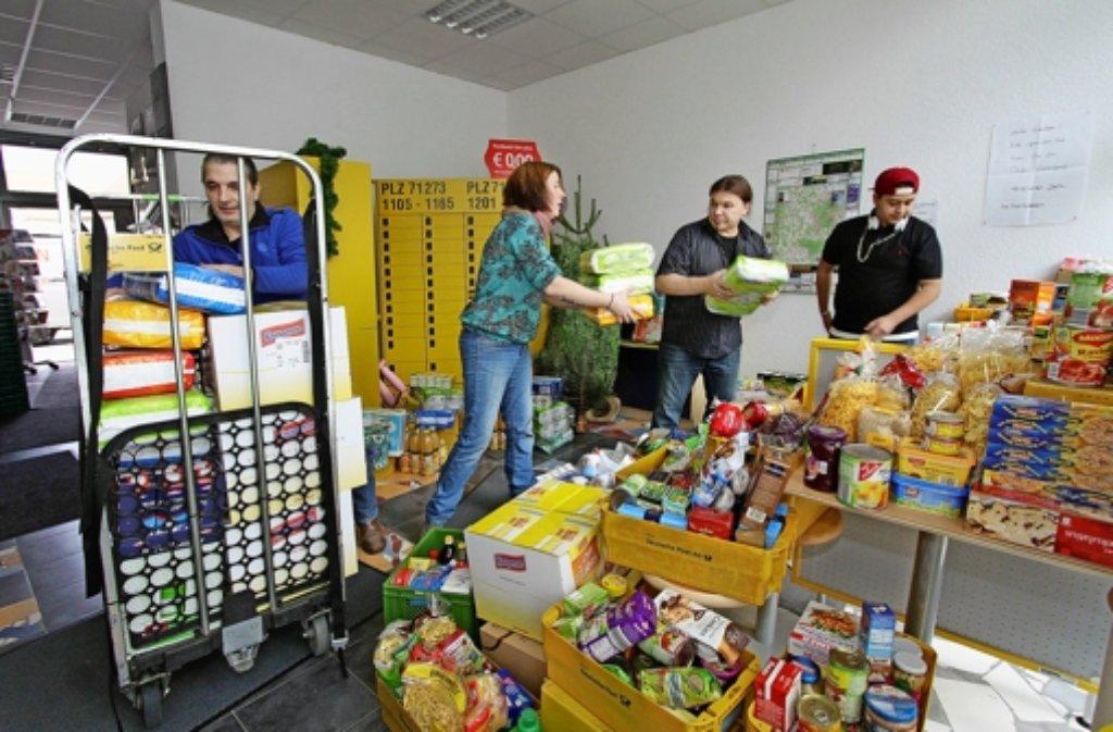 Petra  Oberst  hat die Kunden ihrer Postagentur  dazu bewogen, viel zu spenden. Foto: factum