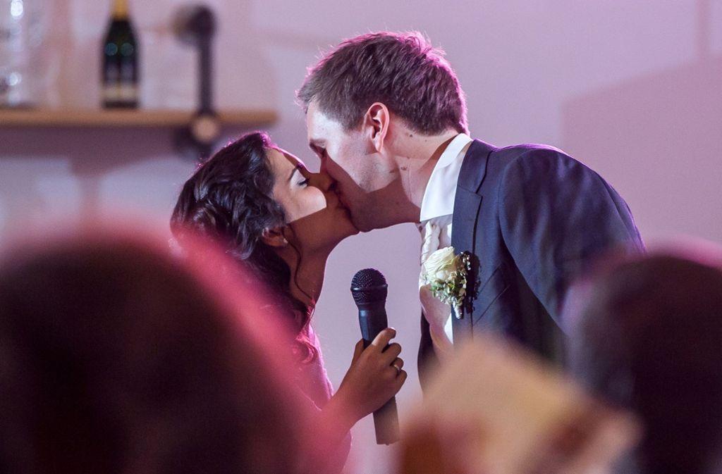 """Sabrina mit italienischen Wurzeln und der Deutsche Niklas  folgen  bei ihrer Hochzeit  den """"Bacio, bacio""""-Rufen ihrer Gäste. Foto: Nico Sauermann"""