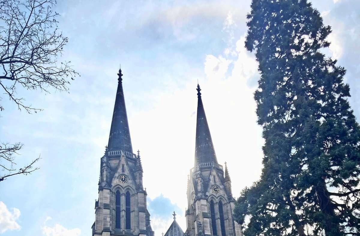 Die Marienkirche an der Tübinger Straße ist  gleich doppelt mit der Regenbogenfahne  zum  Zeichen des Protests gegen das Verbot      der Homosegnung beflaggt. Foto: Martin H