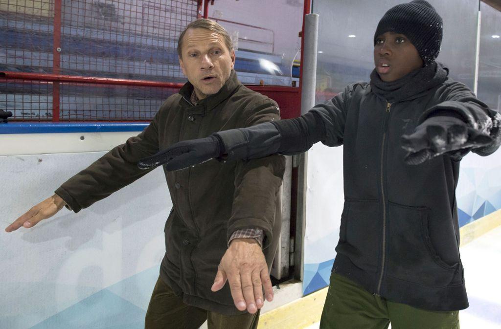 Willi (Richy Müller, li.) und Franz (N'Tarila Kouka) wagen sich aufs Eis.Foto:SWR Foto: