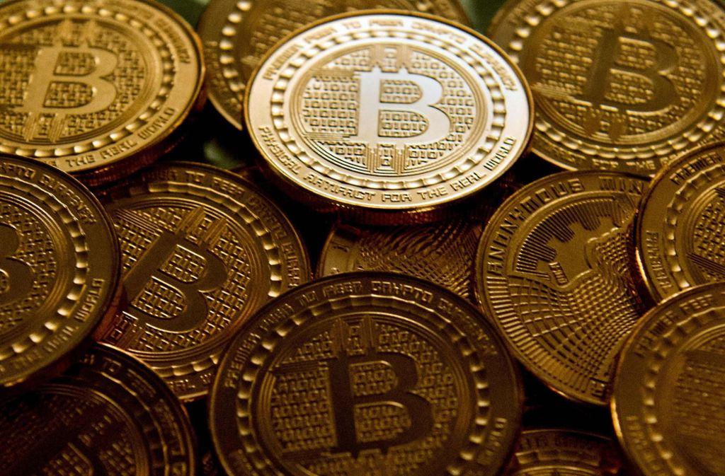 Bitcoins existieren eigentlich nur virtuell. Diese Münzen sind praktisch Gutscheine. Foto: AFP