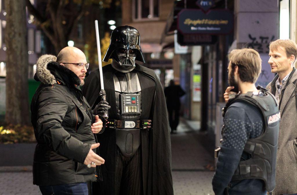"""Oliver Lozano (li.) mit Darth Vader und Gerberviertel-Manager Hannes Wolf (re.) bei den Dreharbeiten zum Vorfilm von """"Star Wars 8 – Die letzen Jedi"""", der am 14. Dezember anläuft. Foto: Lichtgut/Verena Ecker"""