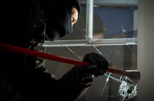 Einbrecher stiehlt zwei Nähmaschinen