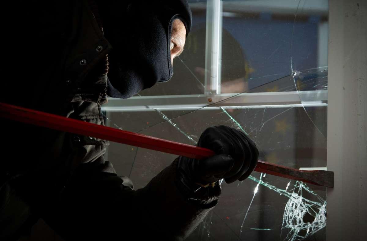 Der Einbrecher verschaffte sich über ein Fenster Zugang zum Gebäude (Symbolbild). Foto: dpa/Friso Gentsch