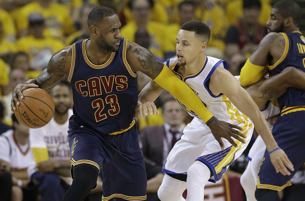 Wiedersehen im Finale: LeBron James (links, Cleveland Cavaliers) und Stephen Curry von den Golden State Warriors Foto: AP