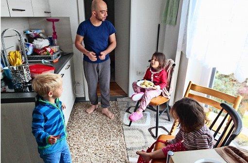Hier fremdelt keiner: Eine syrische Familie und der Sohn der Heimleiter essen gemeinsam Kekse Foto: factum/Granville