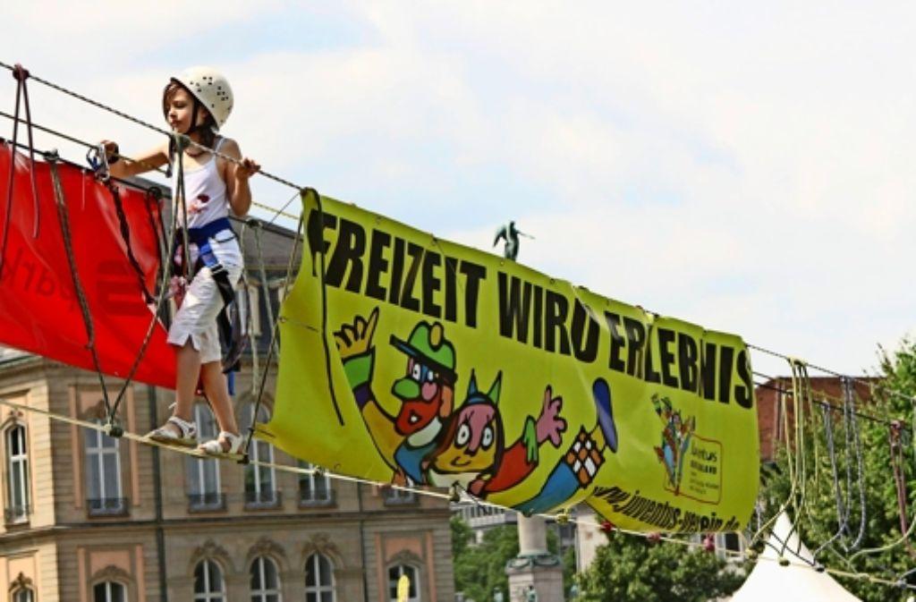 Den Schlossplatz aus einer ungewohnten Perspektive erleben – das war einem der zurückliegenden Kinder- und Jugendfestivals möglich. Foto: Heinz Heiss