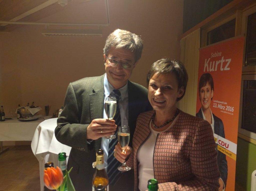 Zu später Stunde kann Sabine Kurtz doch noch mit ihrem Gatten Frieder Kurtz anstoßen - sie bleibt per Zweitmandat im Landtag. Foto: privat