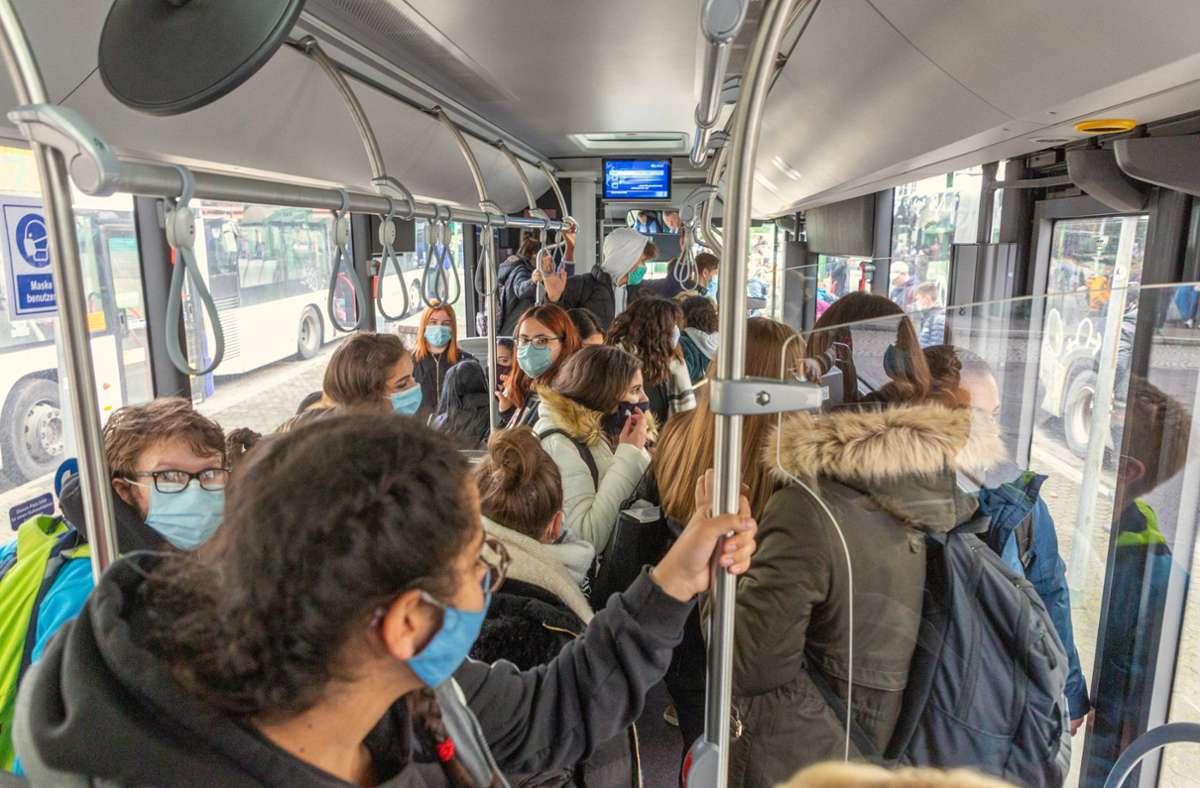 Wie hier in Nürtingen sind auch in Ludwigsburg die Schulbusse oft überfüllt – was in Zeiten der Corona-Pandemie nicht nur nervt, sondern gefährlich ist. Foto: 7aktuell.de/Daniel Jüptner/Jüptner