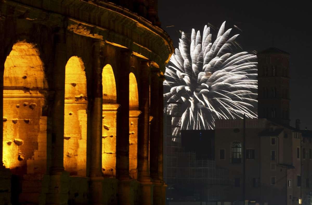 Ein Feuerwerk erhellt in Italiens Hauptstadt Rom das Koloseum in der Silvesternacht. Foto: dpa/Andrew Medichini
