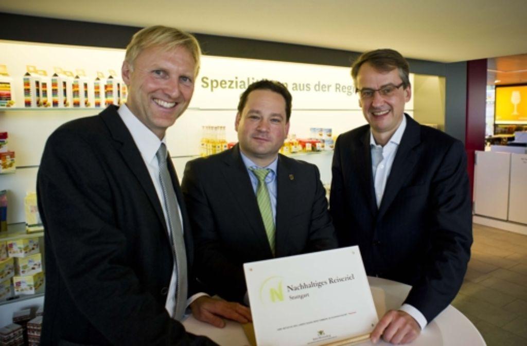 Armin Dellnitz (von links), Alexander Bonde und Michael Föll präsentieren das Siegel. Foto: Lichtgut/Max Kovalenko