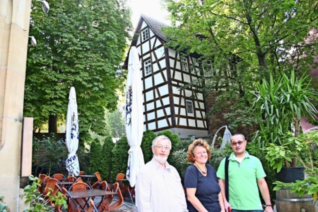 Robert Tetzlaff, Monika Kurfeß und Rudolf Reutter (von links) vor dem Schellenturm, von dem aus am Samstag Führungen durch das Bohnenviertel starten. Foto: Benjamin Schieler