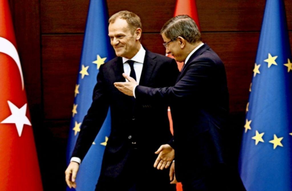 EU-Ratspräsident Donald Tusk (links) ist darauf angewiesen, dass der türkische Premier Ahmet Davutoglu sich mit der EU auf einen Kompromiss einigt. Foto: AFP