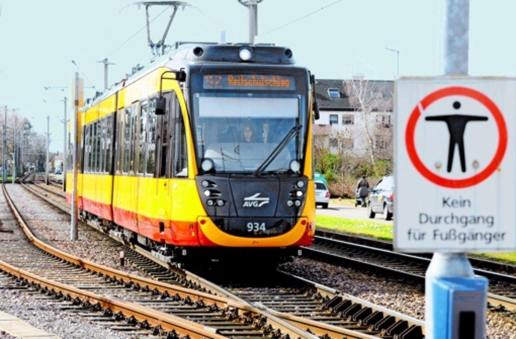 Einer der Prototypen der neuen Karlsruher Straßenbahnen; 2009 wurden neue bestellt; sie sind bis jetzt nicht fahrbereit. Foto: Stefan Jehle