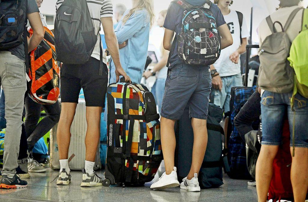 Reisende am Flughafen Stuttgart am Freitagmorgen. Foto: Lichtgut/ Jan Reich