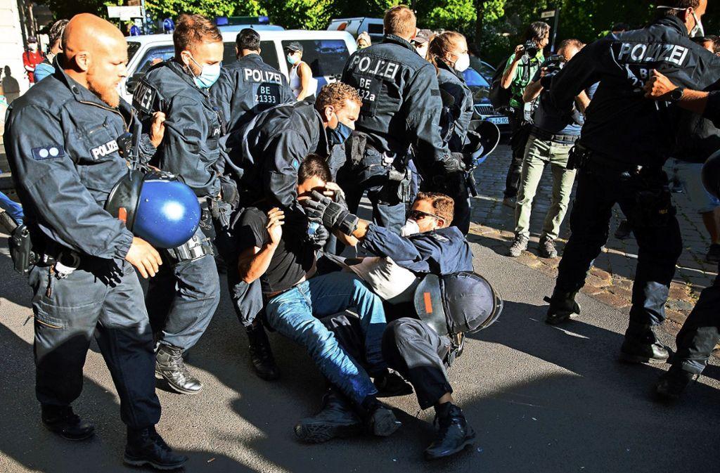 Bei Diskriminierungen durch die Polizei sollen Bürger im Land Berlin in Zukunft Schadenersatz einklagen können. Foto: dpa/Christoph Soeder