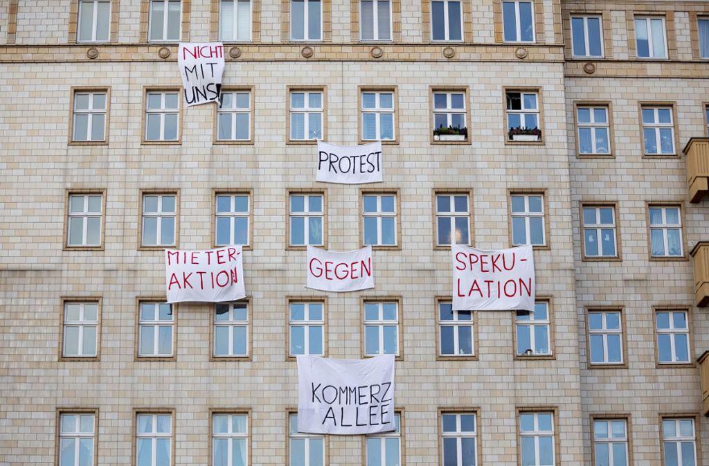 Mieter in der Karl-Marx-Allee in Berlin hatten gegen den Verkauf der Wohnungen an einen Privatkonzern protestiert. Foto: dpa