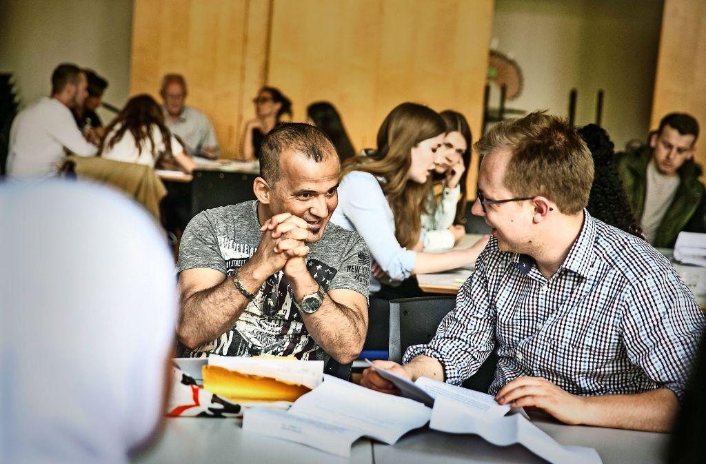 Flüchtlinge warten in Berlin auf ihre Registrierung (Bild oben). Jurastudent Georg Hofmann (unten rechts)  berät in Tübingen zu Asylanträgen. Foto: Horst Rudel