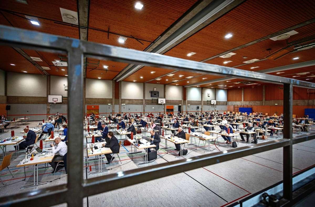 Der Kreistag – Corona-gerecht verteilt über die gesamte Salierhalle Foto: /Gottfried Stoppel