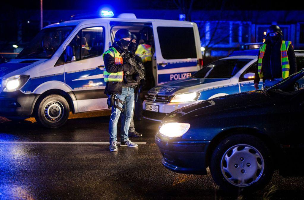 Terrorgefahren allgegenwärtig: Schwer bewaffnete   Polizisten wie hier bei einer Kontrolle am Grenzübergang in Kehl sind längst keine Besonderheit mehr. Foto: dpa
