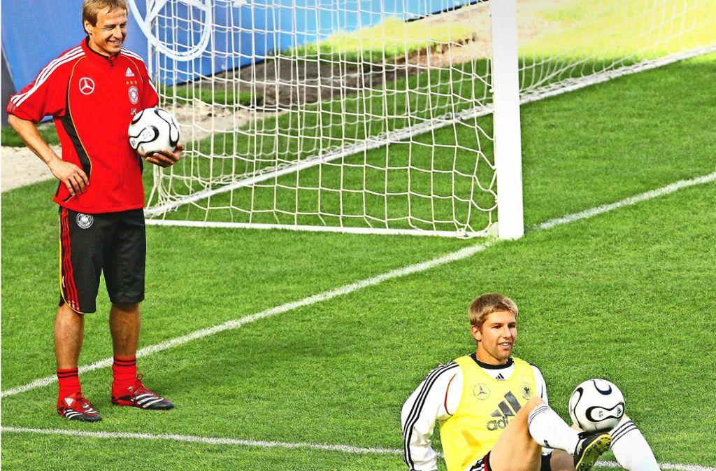 Lang ist es her: Jürgen Klinsmann (li.) und Thomas Hitzlsperger im Vorfeld der WM 2006 Foto: AFP