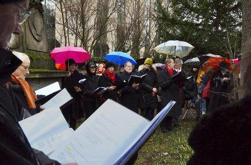 Reden im Regen für den Hoppenlaufriedhof