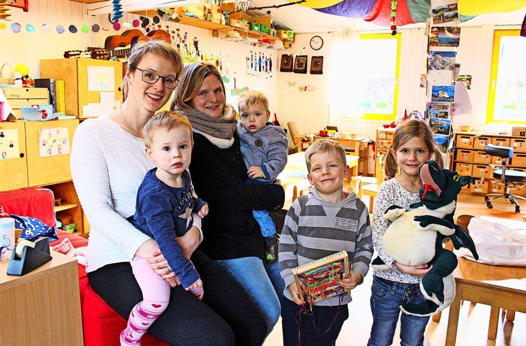Fühlen sich in ihrer Umgebung pudelwohl: die beiden Mütter Nadine Rubin (links) und Sue Hubrich mit den kleinen Feuerdrachen Victoria, Till, Tom und Johanna (von links). Foto: Caroline Holowiecki