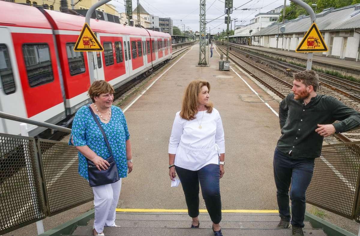 Wie kann der Bahnhof fahrgastfreundlicher werden? Claudia Böhm, Jutta Schuster-Krautschneider und Timo-Daniel Voß (von links) wünschen sich beispielsweise einen zweiten Durchbruch am Südkopf. Foto: factum/Simon Granville