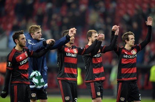 Leverkusener Spieler feiern ihren Sieg. Foto: dpa