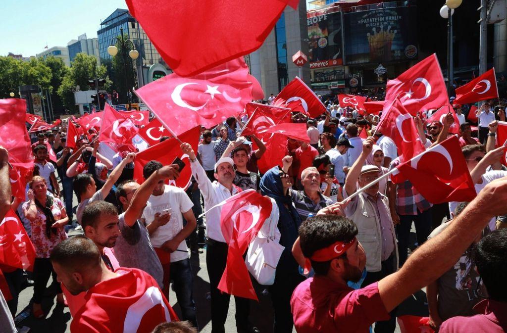 Türken feiern in Ankara die Niederschlagung des Putsches. Foto: AFP