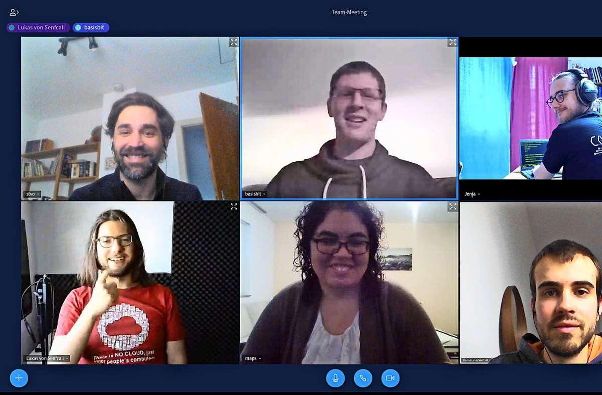 Regelmäßig tauscht sich das Senfcall-Team auf ihrer eigenen Videokonferenz-Plattform aus. Rechts unten ist Hannes Mayr aus Feuerbach zu sehen. Ihr Tool ist inzwischen sehr gefragt. Foto: privat