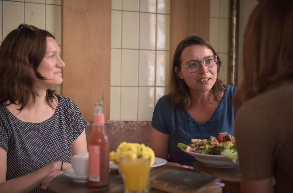 Marie Bues (li.) und Martina Grohmann beim Frühstück im Café Herbertz Foto: Lichtgut/Max Kovalenko