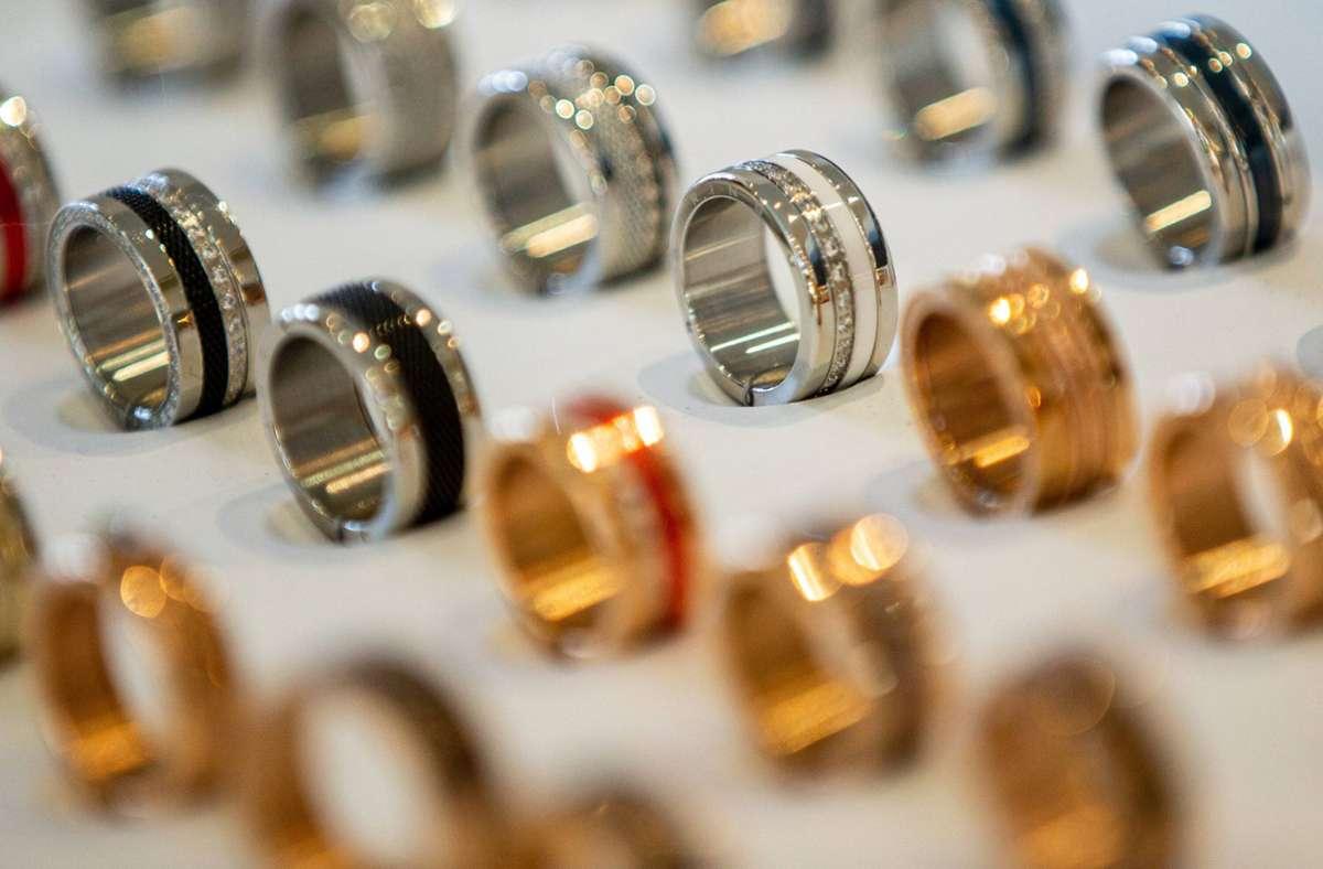 Die Unbekannte ließ  sich in dem Juwelier Ringe zeigen. (Symbolbild) Foto: imago images/Deutzmann/Deutzmann / deutzmann.net via www.imago-images.de