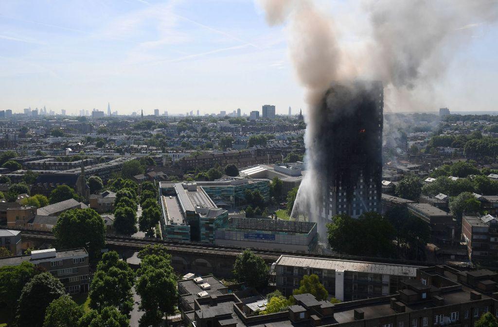 Seit dem frühen Mittwochmorgen brennt in London ein Hochhaus. Foto: AP