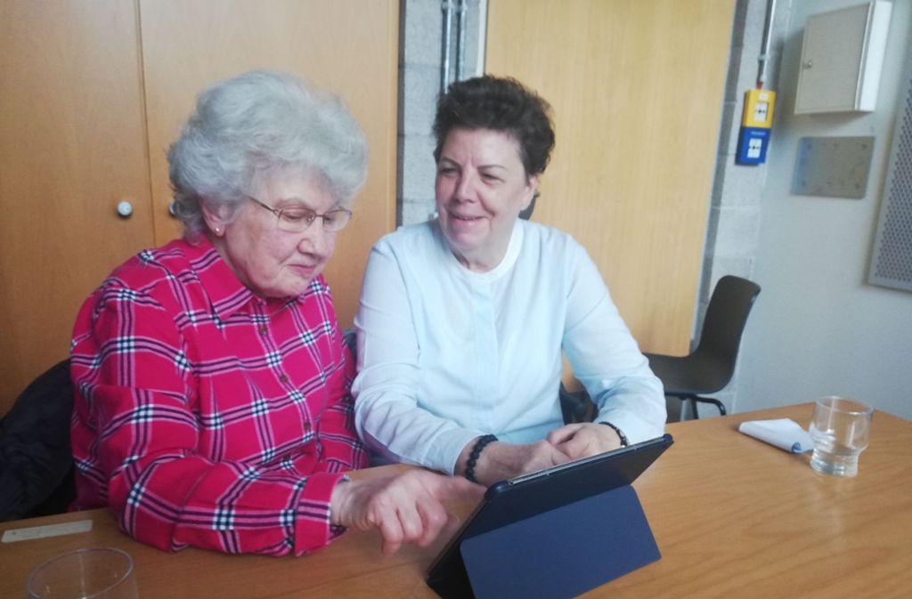 Zwei, die sich verstehen: Brigitte Deobald (72) beantwort die Fragen von Hanna Funk (86) rund um Tablet und Internet. Foto: Cedric Rehman
