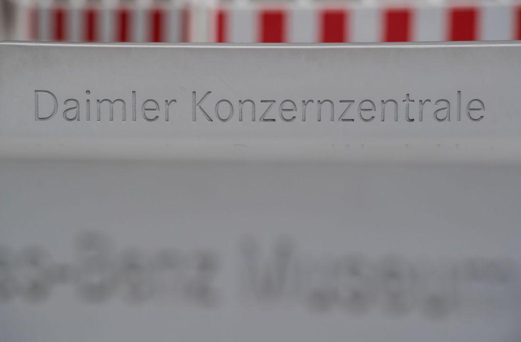 Mitarbeiter vor dem Daimler-Werk in Untertürkheim halten sich  zu den Kartell-Vorwürfen bedeckt. Foto: dpa