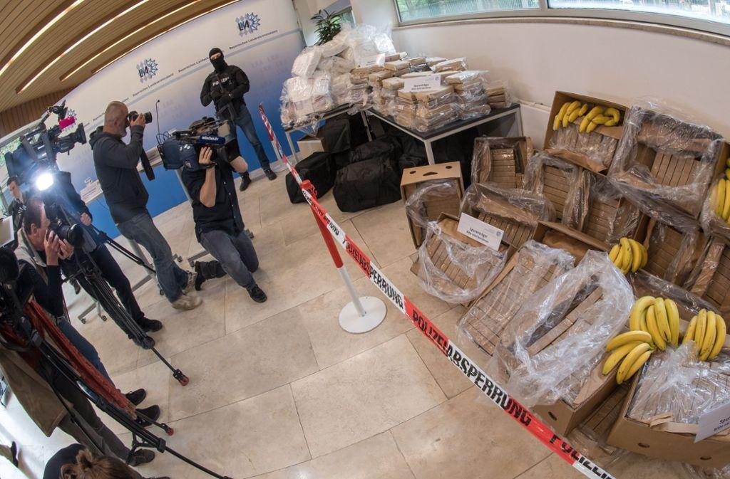 Polizisten präsentieren das Kokain – und ein paar Bananen. Foto: dpa