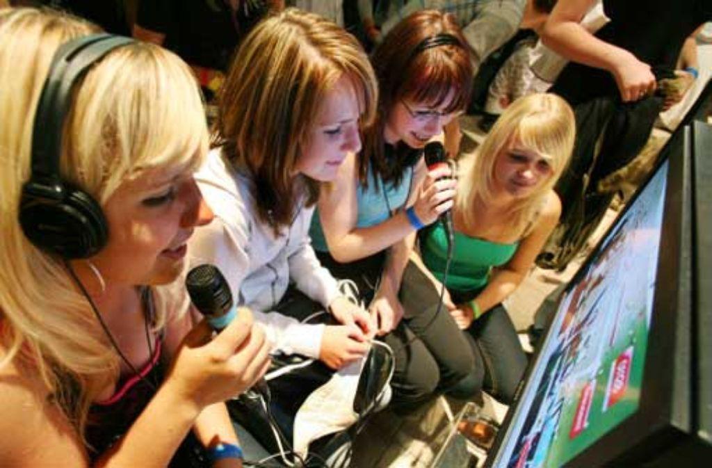 Computerspiele können auch einen künstlerischen Aspekt haben, wenn man zum Beispiel mit dem Mikro gegeneinander antritt. Foto: dpa