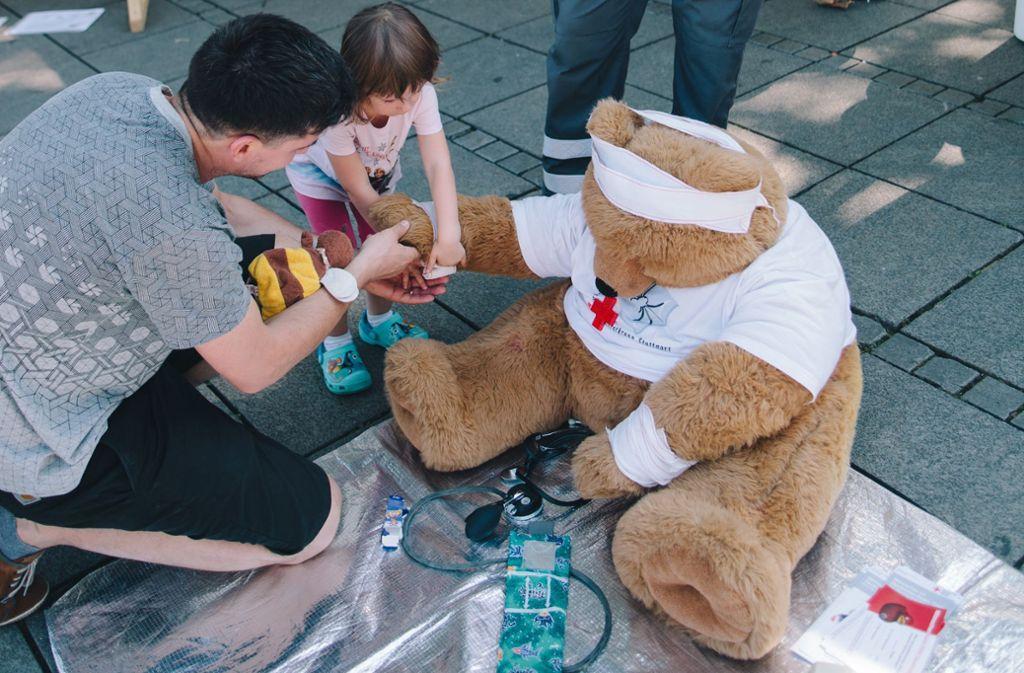 Kinder lernen mit einem Kuschelbären, worauf es im Notfall ankommt. Foto: Lichtgut/Verena Ecker